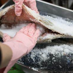 ロシア産紅鮭に塩を回して山積みに